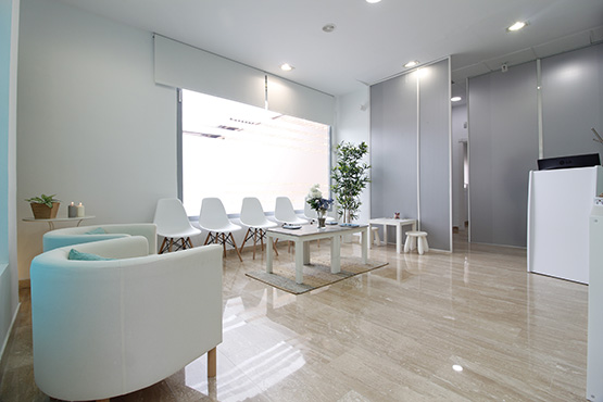Sala de espera blanca bonita limpia sencilla espacial dentista